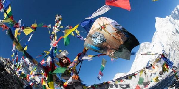 В честь выхода игры Wоrld of Wаrplаnеs украинцы и россияне установили флаг на вершине Гималаев